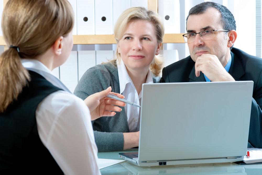 Couple cherchant conseil pour la retraite de base à taux plein